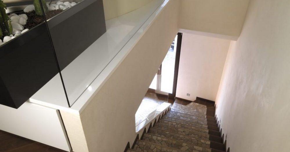 dettaglio di scala con gradini rivestiti in sassi del piave