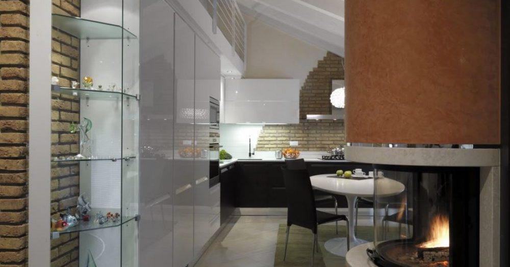 camino rotondo tra il soggiorno e la cucina nel sottotetto
