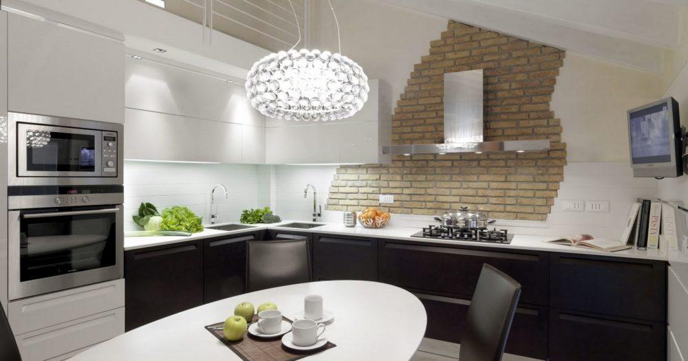 tavolo ovale i cucina nel sottotetto