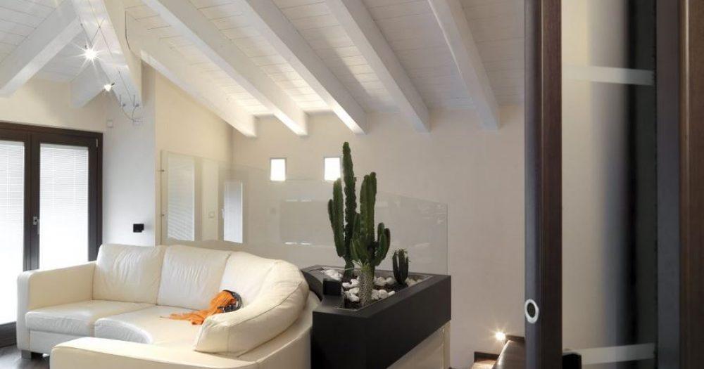 divano curvo in soggiorno nella mansarda con fioriera